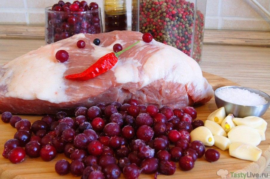 Свинина запеченная с клюквой