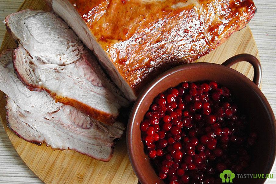 Свинина в духовке с брусникой